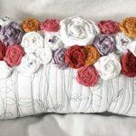 Оригинальная подушка с розочками ручной работы