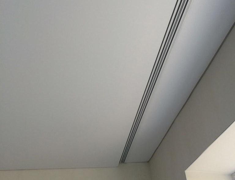 Пластиковый профиль потолочного карниза в нише перед окном