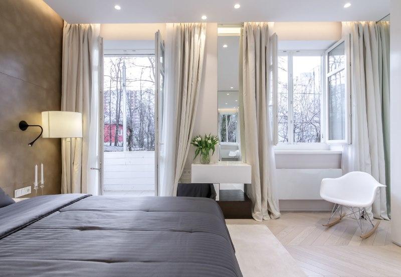 Красивая спальная комната со шторами на скрытом карнизе
