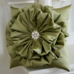 Подушка-цветок с брошкой