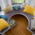 Подушки для дивана возле эркерного окна