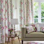 Подушки и занавески для гостиной выполнены в одном стиле
