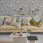 Подушки разных размеров и цветов для украшения гостиной с бежевым диваном