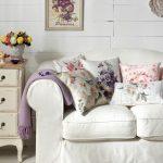 Подушки с цветочным орнаментом для декора гостиной в стиле прованс