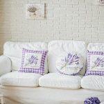 Подушки с лавандой для белого дивана