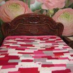 Покрывало для кровати из свитеров в розовых тонах