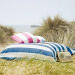 Полосатые подушки для уличного отдыха