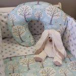 Постельный комплект и подушка для кормления в одной цветовой гамме
