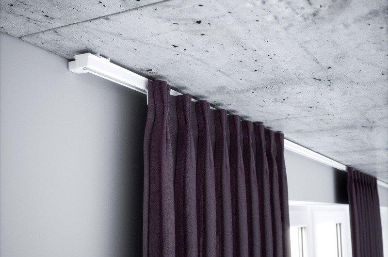 Темная штора на алюминиевом потолочном карнизе