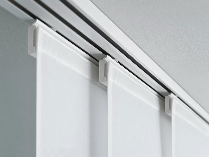 Белые полотна японских штор на потолочном карнизе