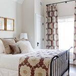 Пестрые шторы в спальном помещении