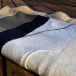 Простое теплое покрывало-одеяло из шерстяных свитеров