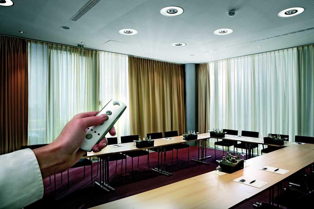 Дистанционное управление шторами в офисном помещении