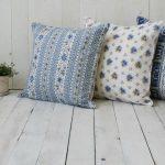 Разноцветные подушки с голубыми элементами для стиля прованс