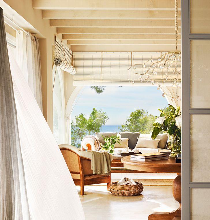 Рулонные деревянные шторы на террасе загородного дома