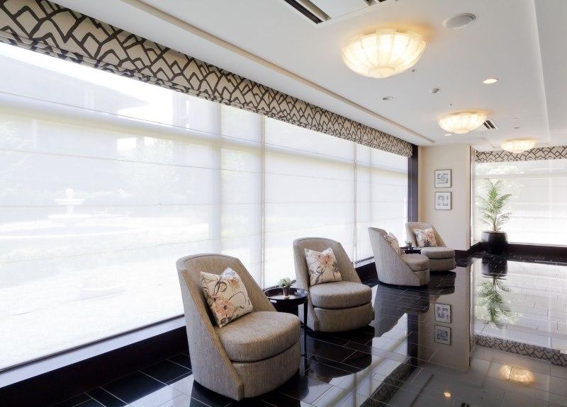 Прозрачное полотно двойной римской шторы на панорамном окне