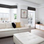 Серые шторы в белой гостиной