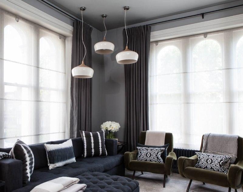 Полупрозрачные римские шторы вместо тюля на окнах гостиной