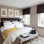 Римские шторы темного цвета в спальне