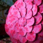 Розовая цветочная подушка для декора
