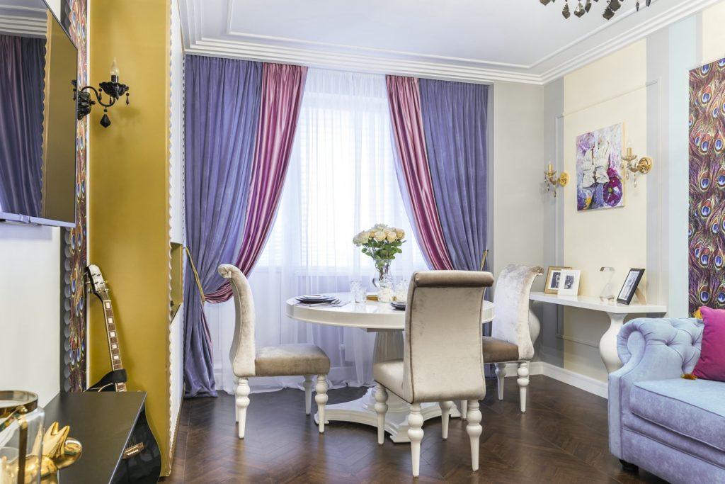 Темно-розовые и фиолетовые занавеси на одном окне