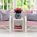 Розово-серые подушки для кресел в зоне отдыха