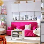 Розовые и белые подушки для ярко-розового дивана