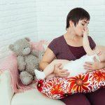 С такой подушкой мама не устает долго сидеть в одном положении