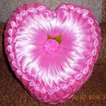 Самодельная розовая подушка из лент