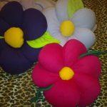 Самодельные разноцветные подушки-цветки