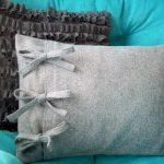 Серая мягкая подушка с бантиками