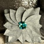 Серая подушка в виде цветка