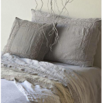 Серые подушки с кружевом