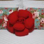 Шикарная подушка-роза красного цвета