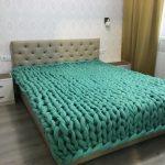 Шикарный плед зеленого цвета крупной вязки для кровати