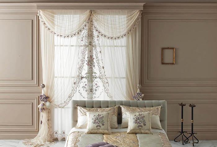 Оформление окна спальни тюлем с вышивкой