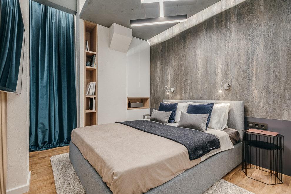 Синие шторы из велюра на двери спальни