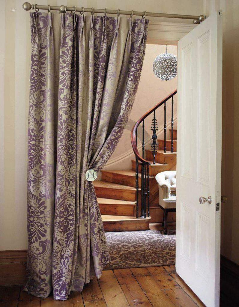 Красивая штора на двери в холл с лестницей