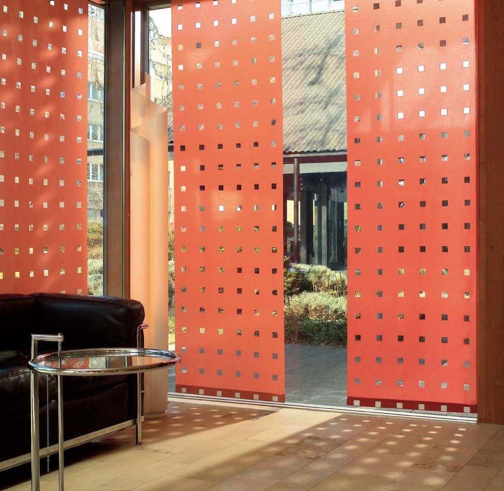 Японские шторы на дверном проеме