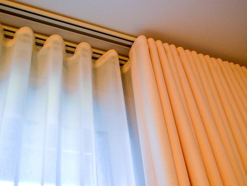 Пример закрепления занавесок на потолочном карнизе из алюминия