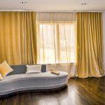 Серый диван с плавными формами