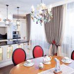 Красные спинки кухонных стульев