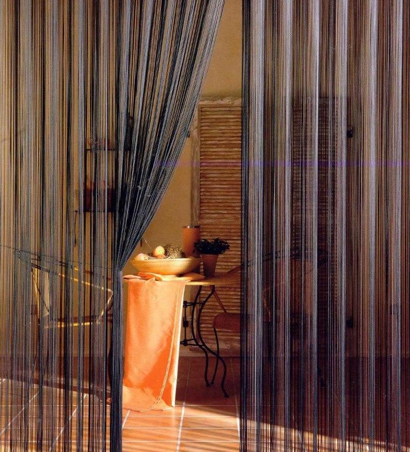 Темные нитяные шторы на дверном проеме в кухню