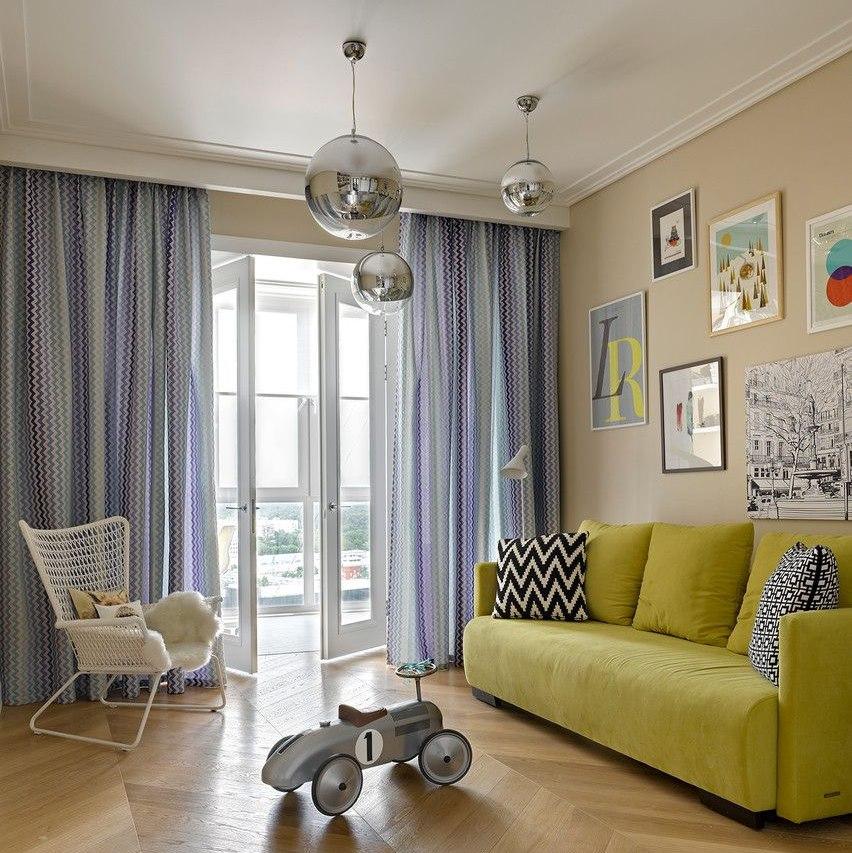 Оформление большого окна в гостиной скандинавского стиля