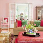 Сочетание красной и зеленой декоративных подушек