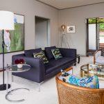 Современная гостиная с классическим симметричным расположением декоративных подушек