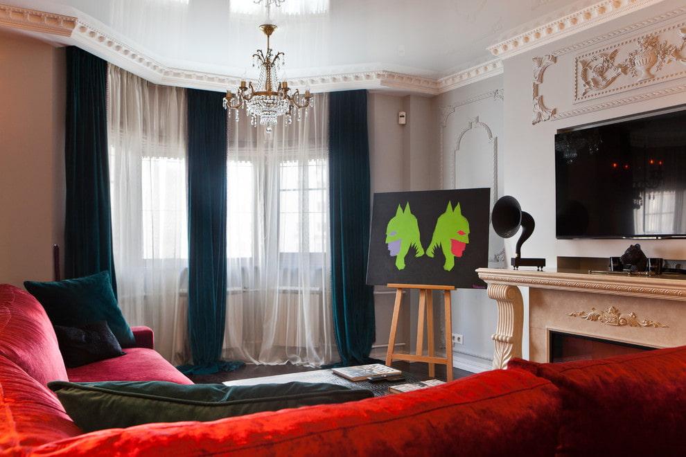 Черные шторы из бархата на окнах в гостиной