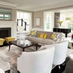 Традиционная гостиная с диванными подушками в желтом цвете