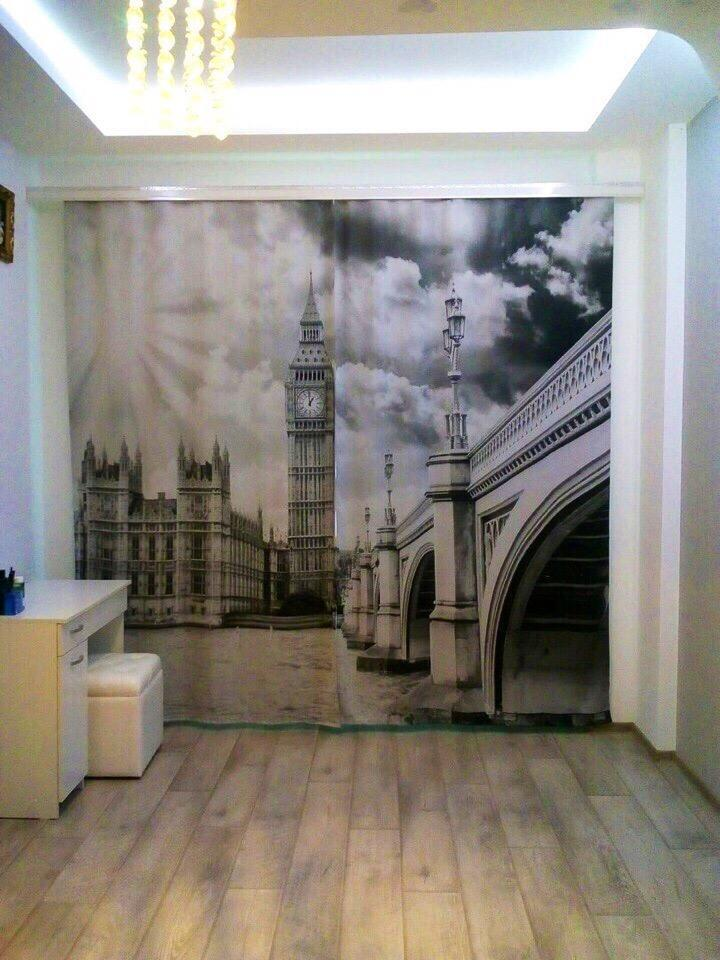 Черно-белое фото на занавеске в гостиной стиля минимализма