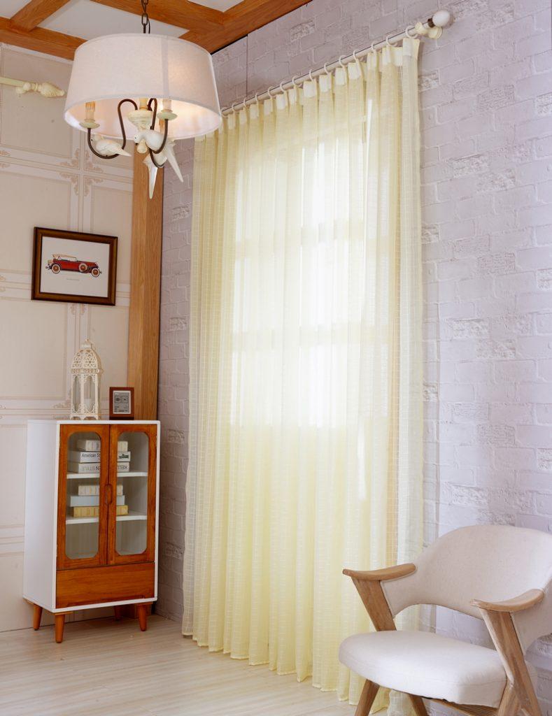 Светлый тюль на круглом карнизе в комнате для девочки